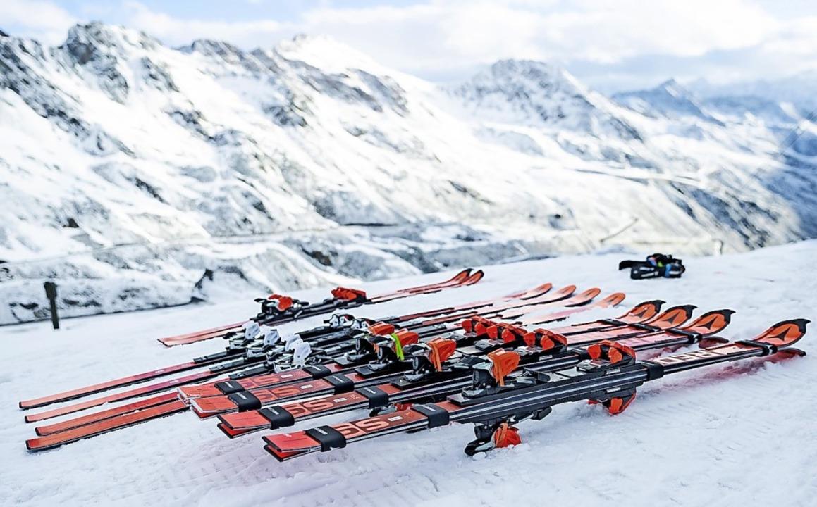 Skier liegen bereit fürs Training am Rettenbachgletscher.    Foto: Expa/Johann Groder