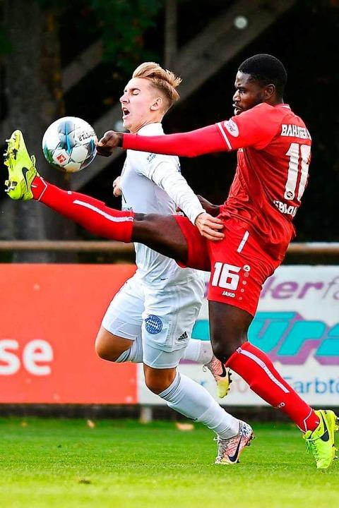 Zweikampfstark: BSC-Abwehrkraft Faiz G...pieler vom FC Bayern Alzenau vom Ball.    Foto: Claus G. Stoll