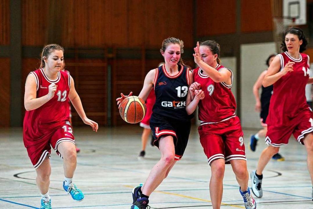 Alina Schneider (am Ball) – hier...ie Top-Scorerin in der Oberliga Baden.  | Foto: Pressebüro Schaller