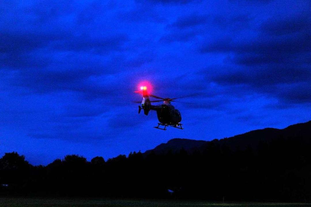 Die Polizei setzt zur nächtlichen Suche auch einen Hubschrauber ein.  | Foto: Stefan Puchner