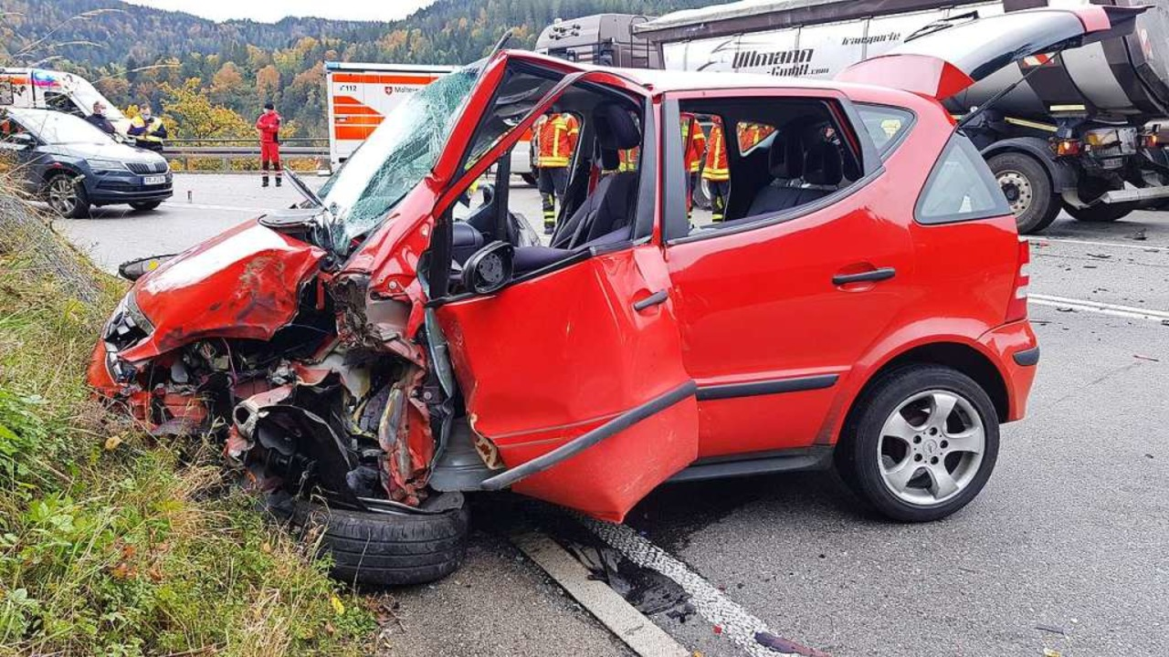Frontal ist dieser Wagen auf der B31 i... mit einem Lastwagen zusammengestoßen.  | Foto: Kamera 24