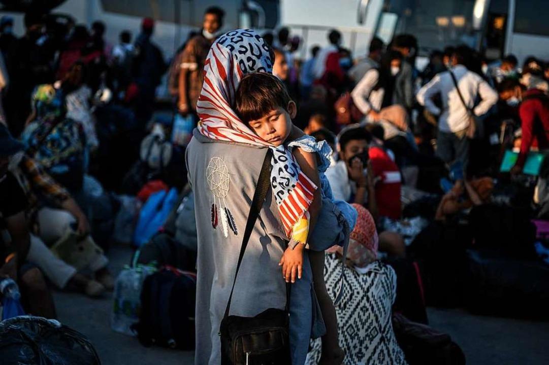Eine Frau mit Kind aus einem der Lager... Hafen von Lavrio auf die Weiterreise.  | Foto: LOUISA GOULIAMAKI
