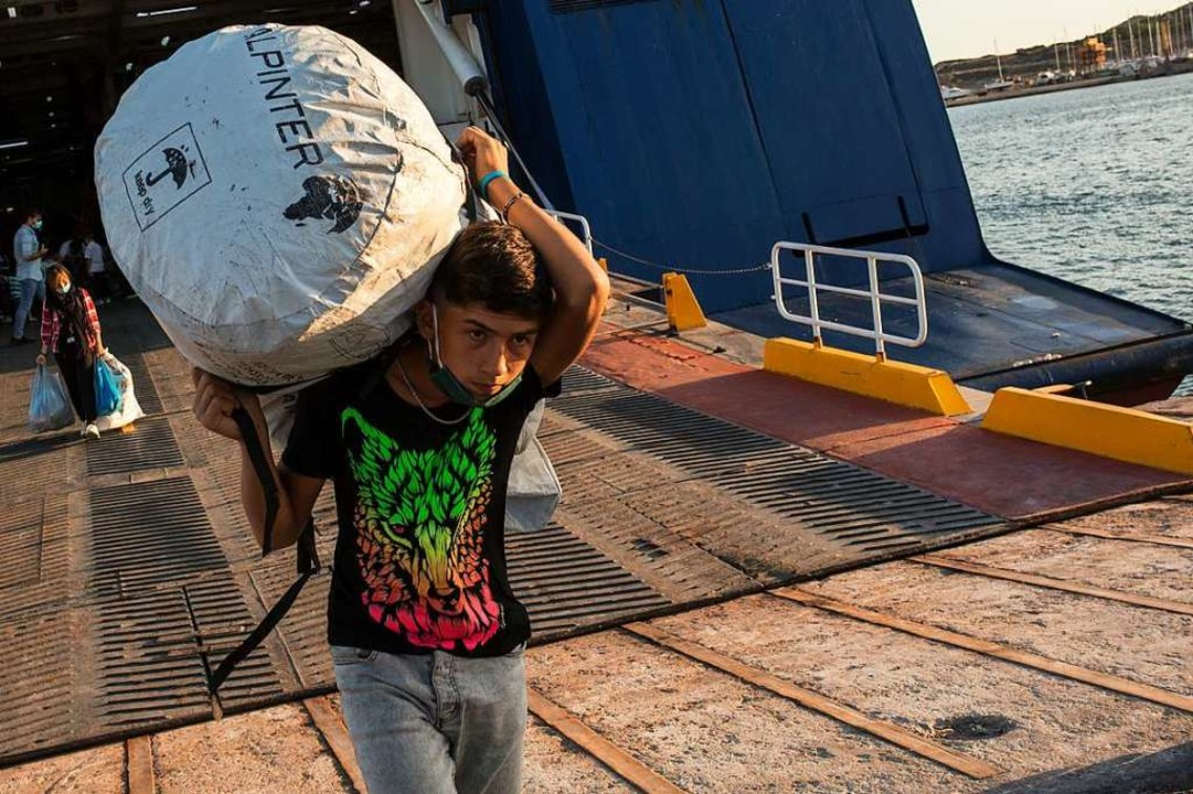 Einer von vielen  Flüchtlingen aus dem...e Fähre im Hafen von Lavrio bei Athen.  | Foto: Socrates Baltagiannis