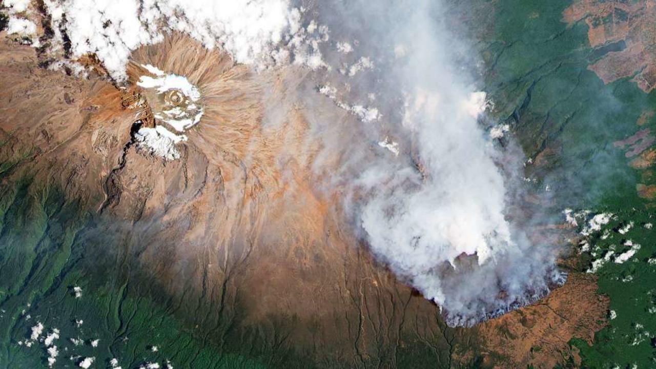 Feuer auf dem Kilimandscharo  | Foto: - (dpa)