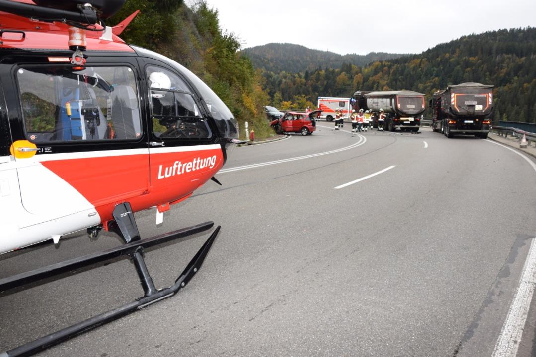 Ein Schwerstverletzter musste per Rettungshubschrauber abtransportiert werden.   | Foto: kamera24