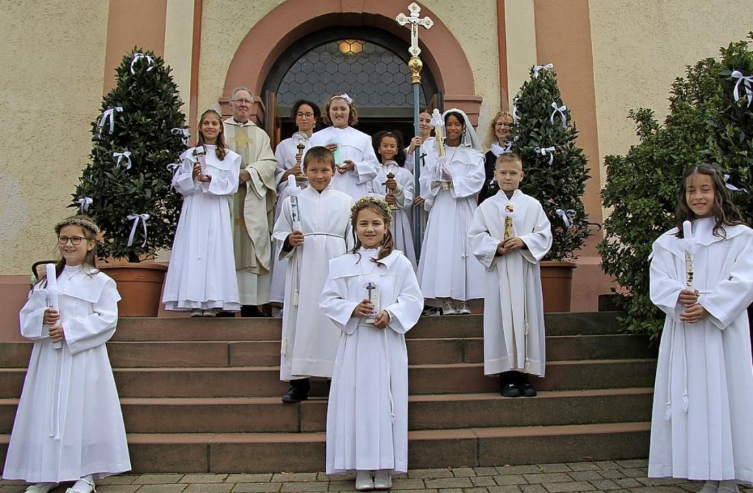 Acht Kinder der katholischen Seelsorge...odegar in Bad Bellingen Erstkommunion.  | Foto: Privat