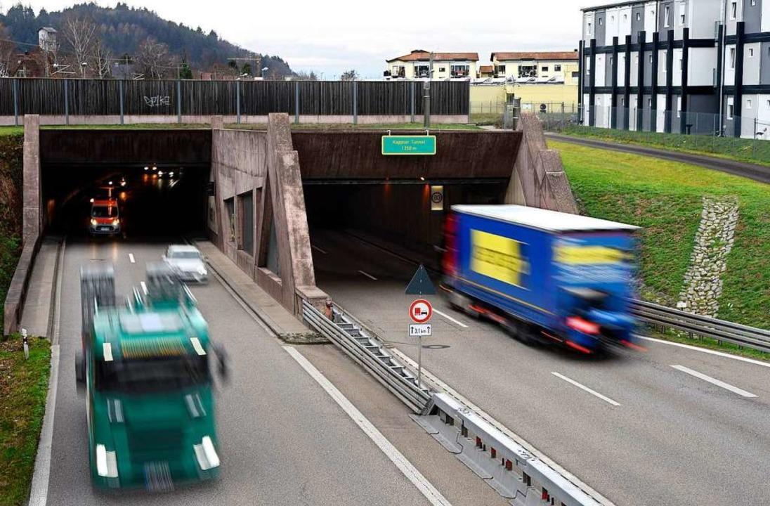 In der linken Röhre des Kappler Tunnel...e Polizei einen Falschfahrer gestoppt.  | Foto: Thomas Kunz