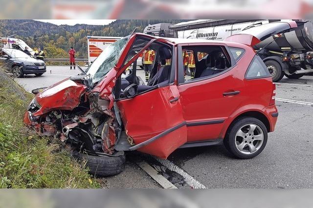 Vollbesetztes Auto kollidiert mit Lastwagen