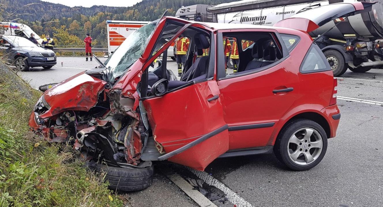 Frontal ist dieser Wagen auf der B31 i...mit einem Lastwagen zusammengestoßen.   | Foto: Kamera 24