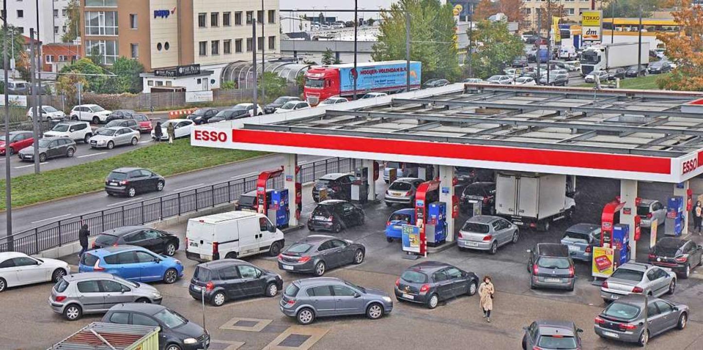 Andrang französischer Autofahrer an einer Tankstelle in Kehl  | Foto: Annette Lipowsky/Stadt Kehl