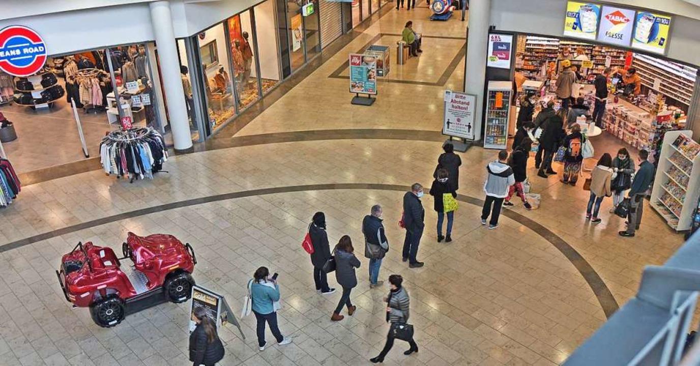 Schlangestehen in einem Kehler Einkaufszentrum  | Foto: Annette Lipowsky/Stadt Kehl