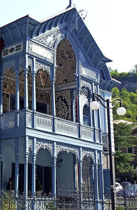 Prachtvolle Fassade: frisch  renoviertes Hotel in Bordschomi    Foto: Florian Sanktjohanser (dpa)