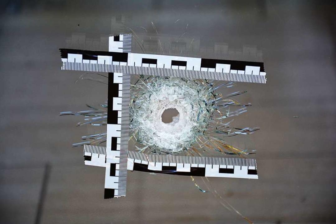Einschussloch in einer Schaufensterscheibe.  | Foto: Hannes Lauber