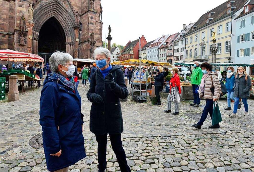 Nicht nur auf dem Münstermarkt: Immer mehr Menschen  in der Stadt tragen Maske.  | Foto: Ingo Schneider