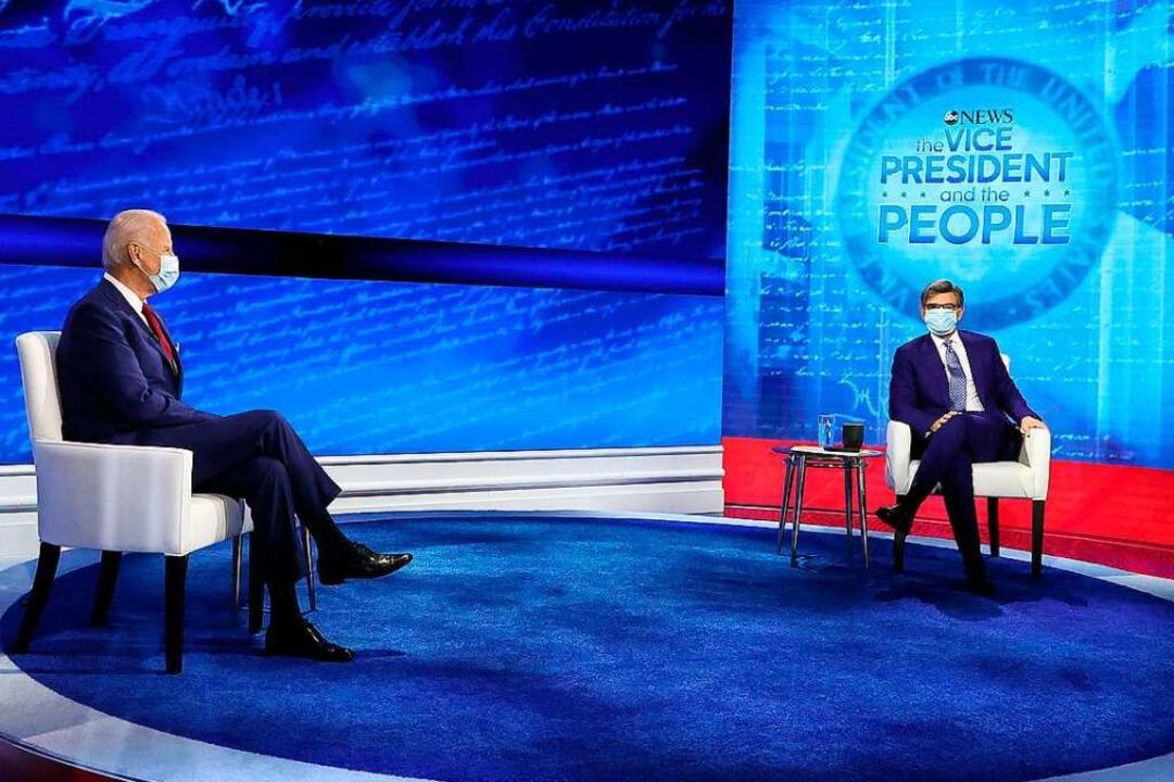 Joe Biden am Donnerstagabend mit ABC-N...,der einst Sprecher Bill Clintons war.  | Foto: CHIP SOMODEVILLA (AFP)