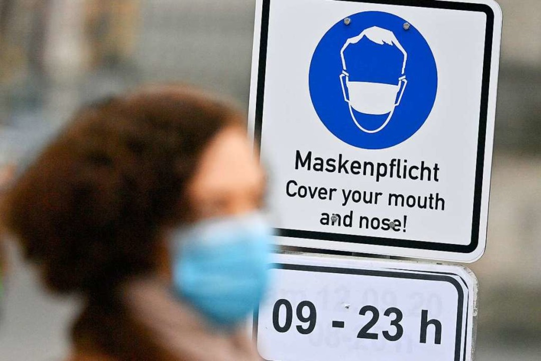 In der Münchner Innenstadt weisen bere... auf die erweiterte Maskenpflicht hin.  | Foto: Peter Kneffel (dpa)