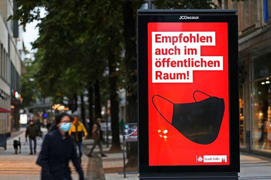 In Köln rät die Stadt bereits zum Maskentragen im öffentlichen Raum.  | Foto: Oliver Berg (dpa)