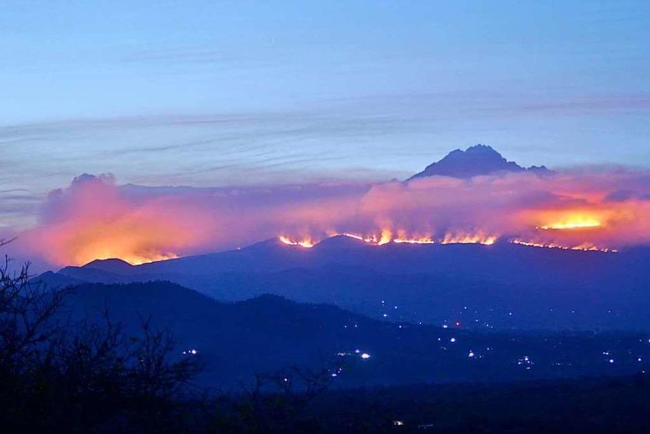 Weithin sichtbar sind die Rauchwolken des Feuers (Foto: Thomas Becker (dpa))