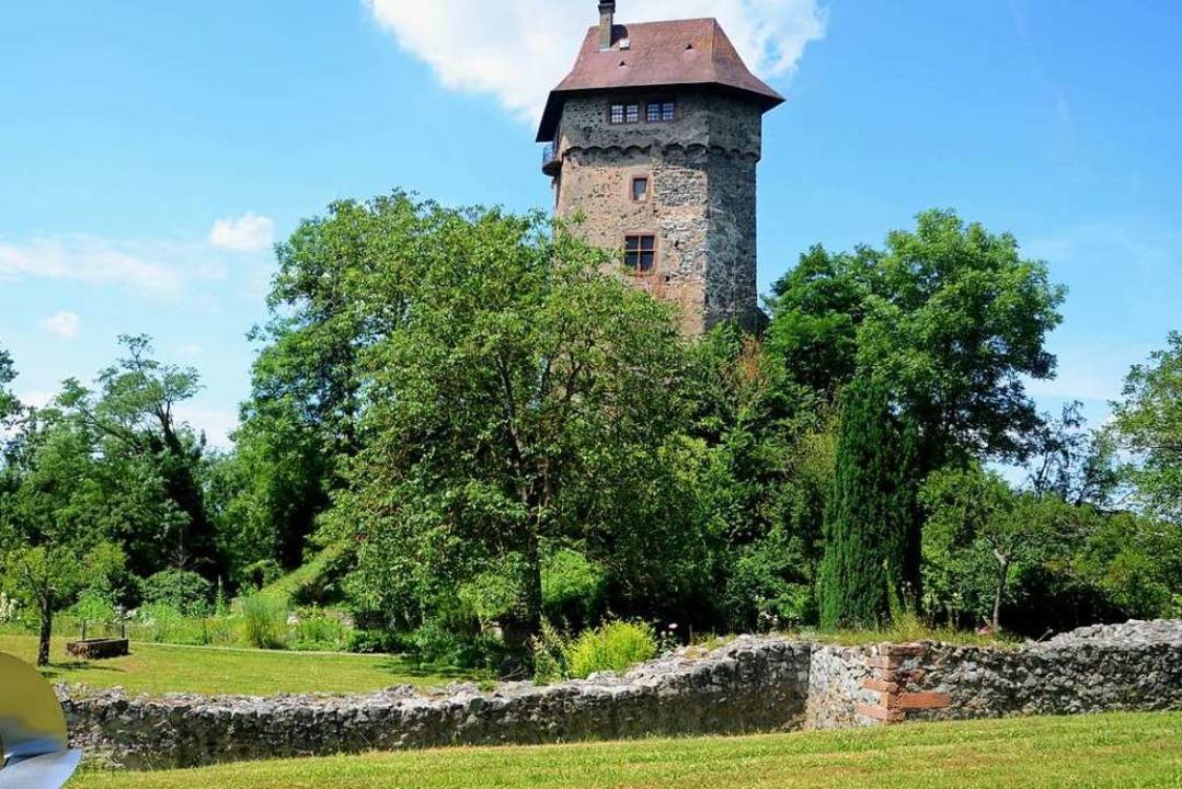 Die Burg Sponeck in den Rheinauen bei ...dergrund Reste des römischen Kastells.  | Foto: Roland Vitt