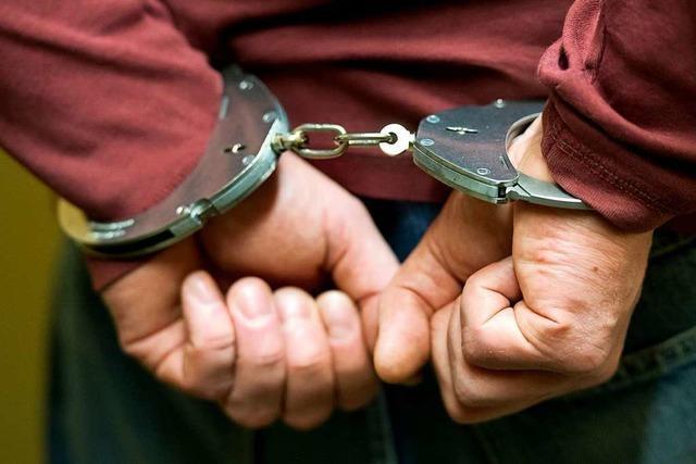 Ladendieb greift Polizisten an
