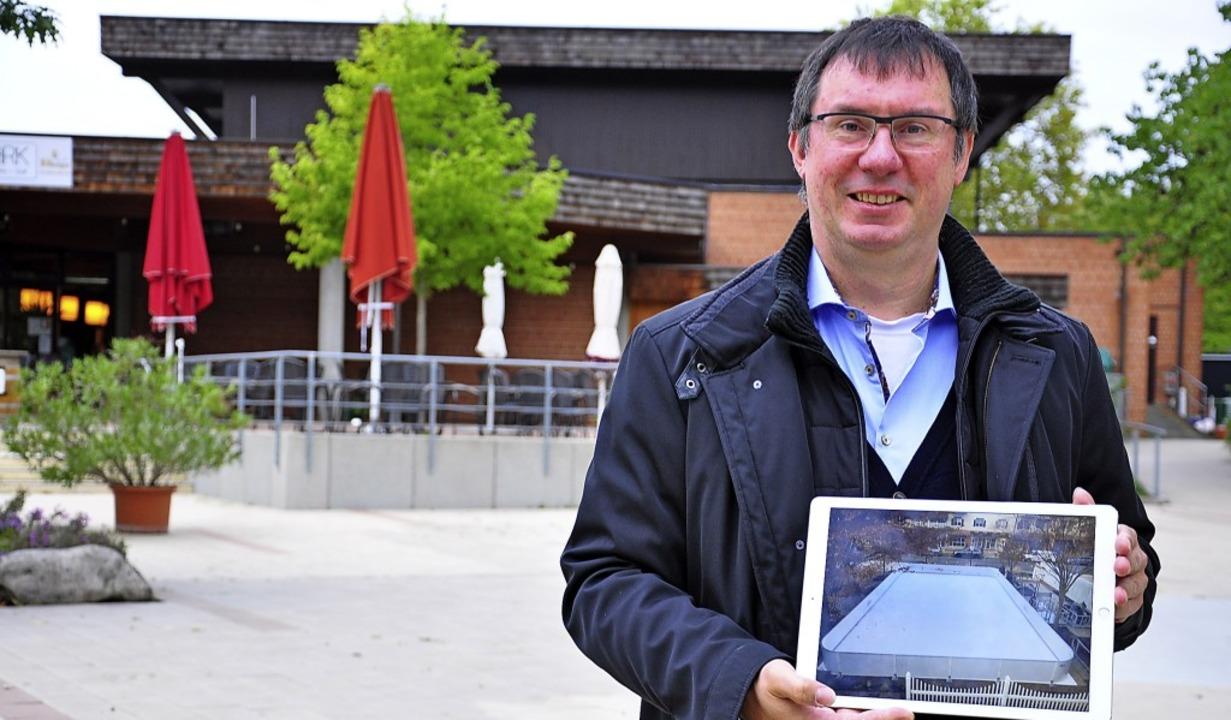 Marcus Ciesiolka mit einem Bild der Ei...linger Kurpark aufgebaut werden wird.   | Foto: Jutta Schütz