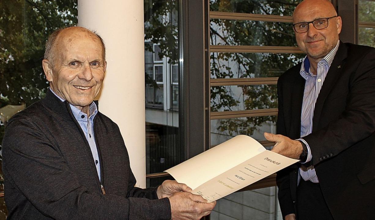 Die Ehrenurkunde und das Verdienstabze...stag an Ortsvorsteher  Heinz Sillmann.  | Foto: Stadt Emmendingen