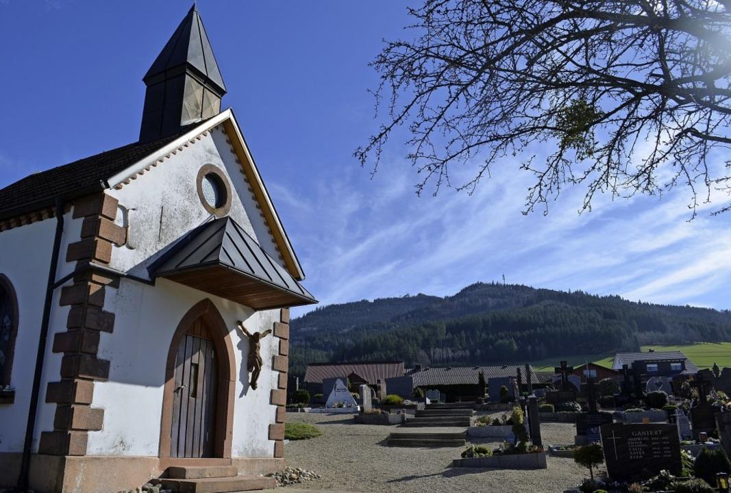 Kapellenvorplatz und aufsteigende Wege...rwindener Friedhof werden gepflastert.    Foto: Nikolaus Bayer