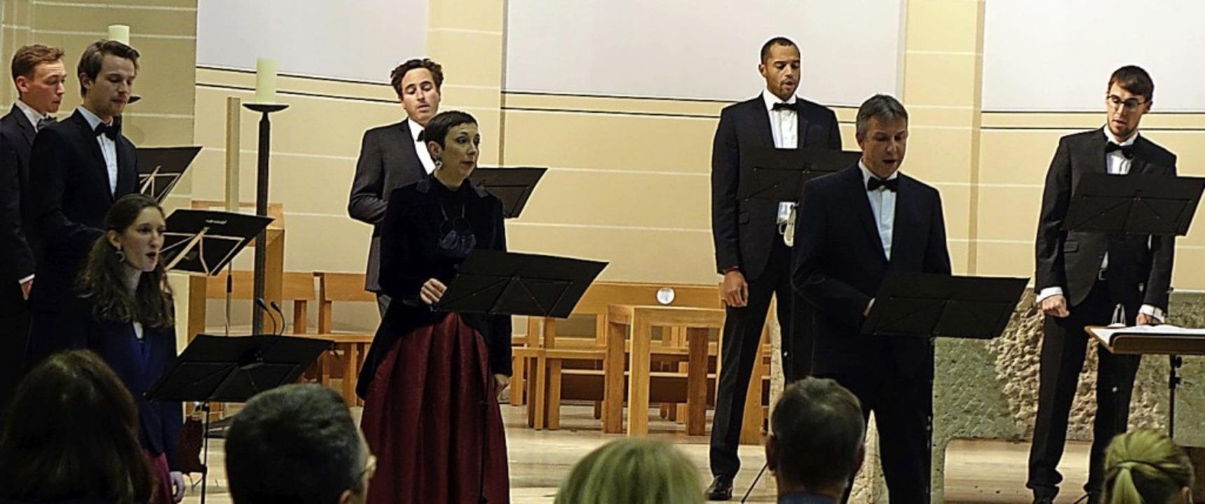 Die Sänger des Kammerchors Stuttgart n...Konzerts unterschiedliche Plätze ein.   | Foto: Roswitha Frey