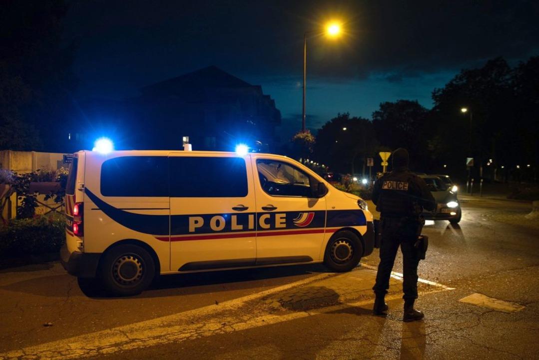 Polizisten ermitteln an einem Tatort nach einer Messerattacke.    Foto: Abdulmonam Eassa (dpa)