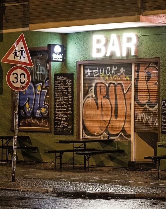 Geschlossene Bar in Berlin-Friedrichsh...Corona-Strategie von Bund und Ländern.  | Foto: Christophe Gateau (dpa)