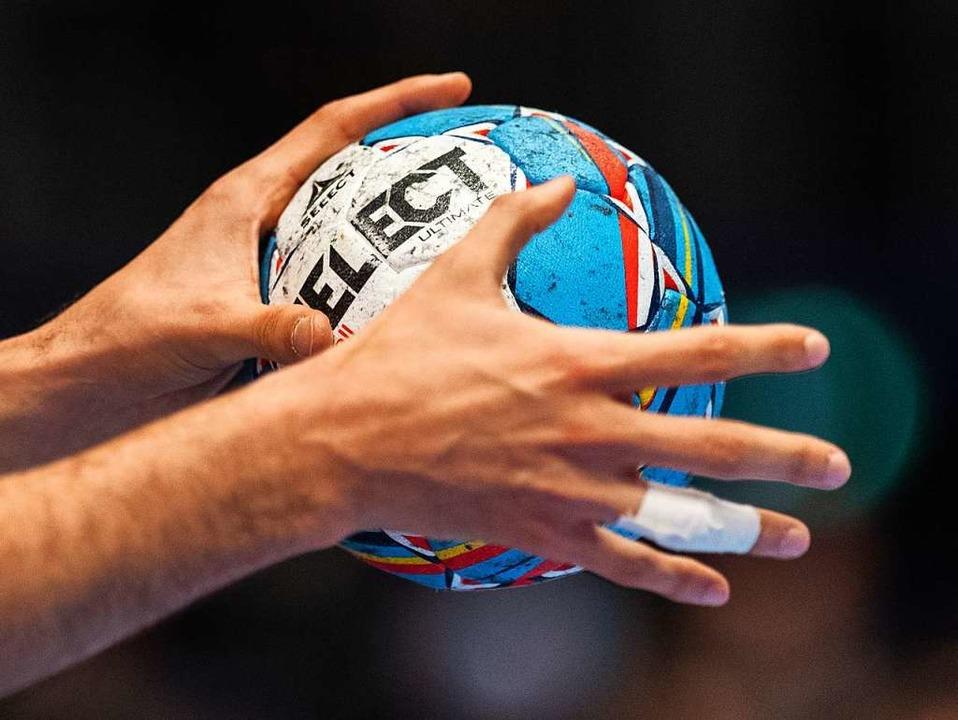 Wie ein Handballspieler den Ball, so hat Corona den Sport im Griff.  | Foto: Robert Michael (dpa)