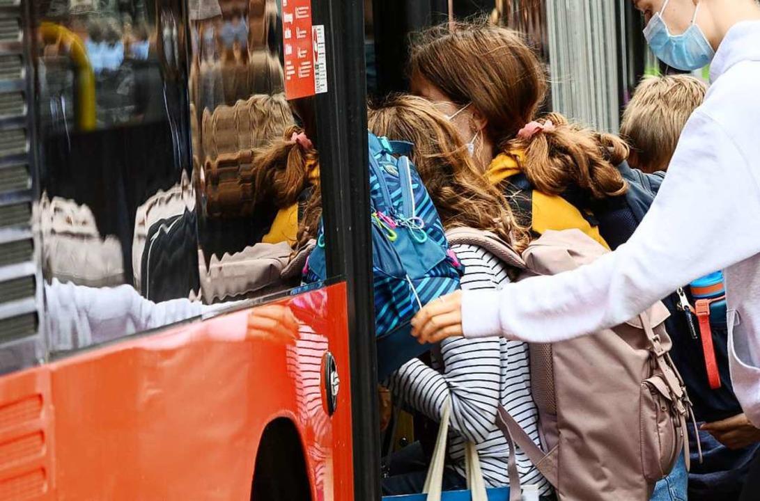 Schüler quetschen sich in einen Bus.  | Foto: Andreas Arnold (dpa)