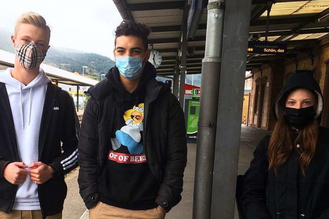 Jonathan Maier, Ahmet Para und Angelik...on links) am Bahnhof von Bad Säckingen  | Foto: Annemarie Rösch