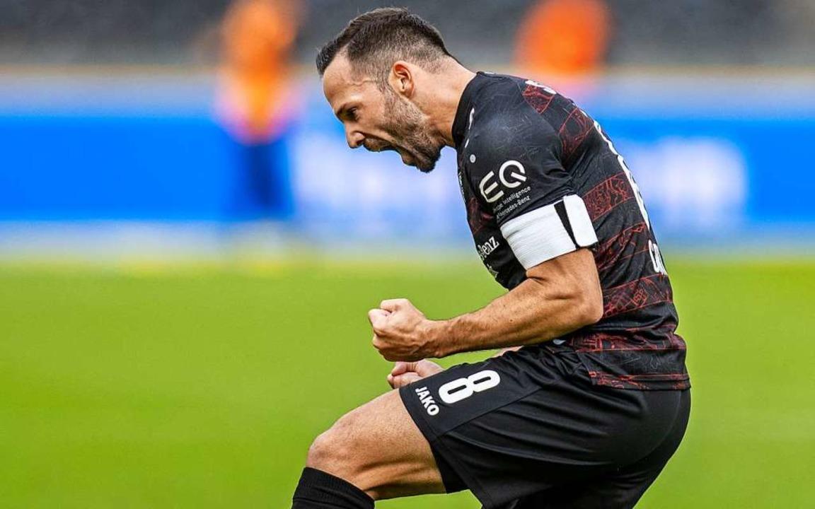 VfB-Kapitän Castro bejubelt sowohl sei...fer als auch den Auswärtssieg des VfB.    Foto: Andreas Gora (dpa)
