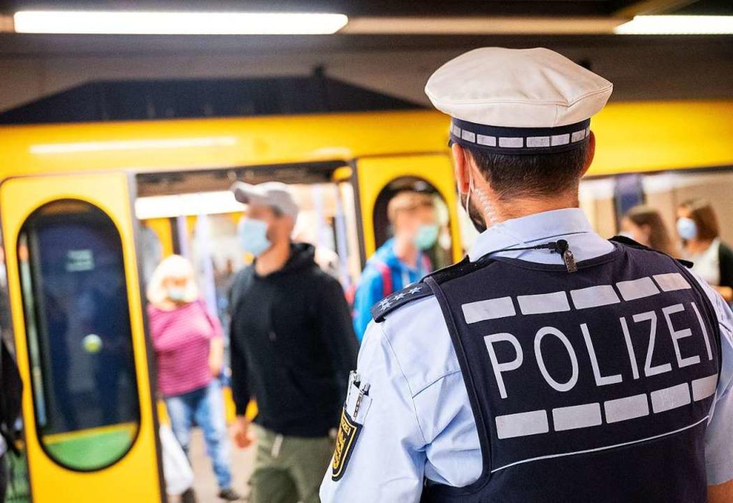 Polizeibeamte geraten bei der Kontroll...mmer häufiger in Auseinandersetzungen.  | Foto: Sebastian Gollnow (dpa)