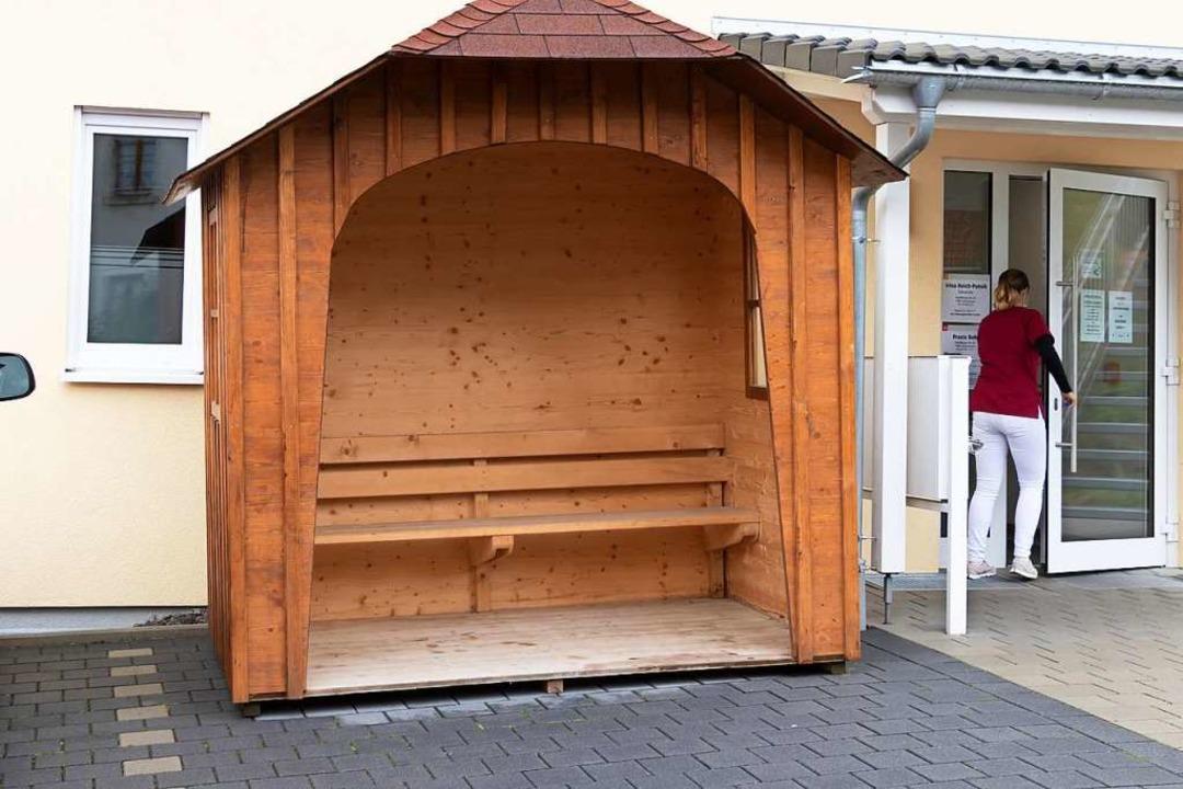 Die vom Bauhof aufgestellte  Hütte vor...icher Wartebereich für die Arztpraxis.  | Foto: Wilfried Dieckmann