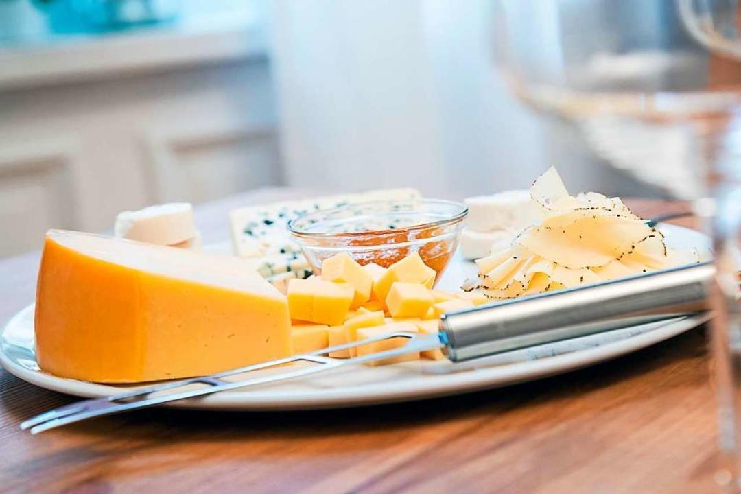 Bei Käsesorten mit einem Paraffin- ode...g muss die Rinde abgeschnitten werden,  | Foto: Christin Klose