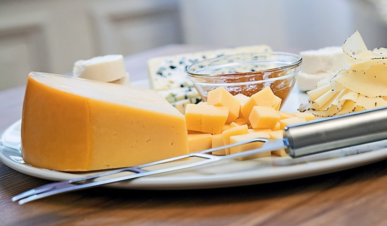 Bei Käsesorten mit einem Paraffin- ode...g muss die Rinde abgeschnitten werden,    Foto: Christin Klose
