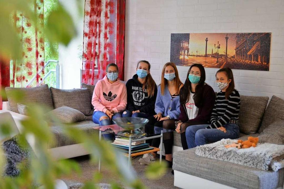 Nähe nur mit Maske: Die Mädchen aus de... 7 machen das Beste aus der Situation.  | Foto: Kathrin Blum