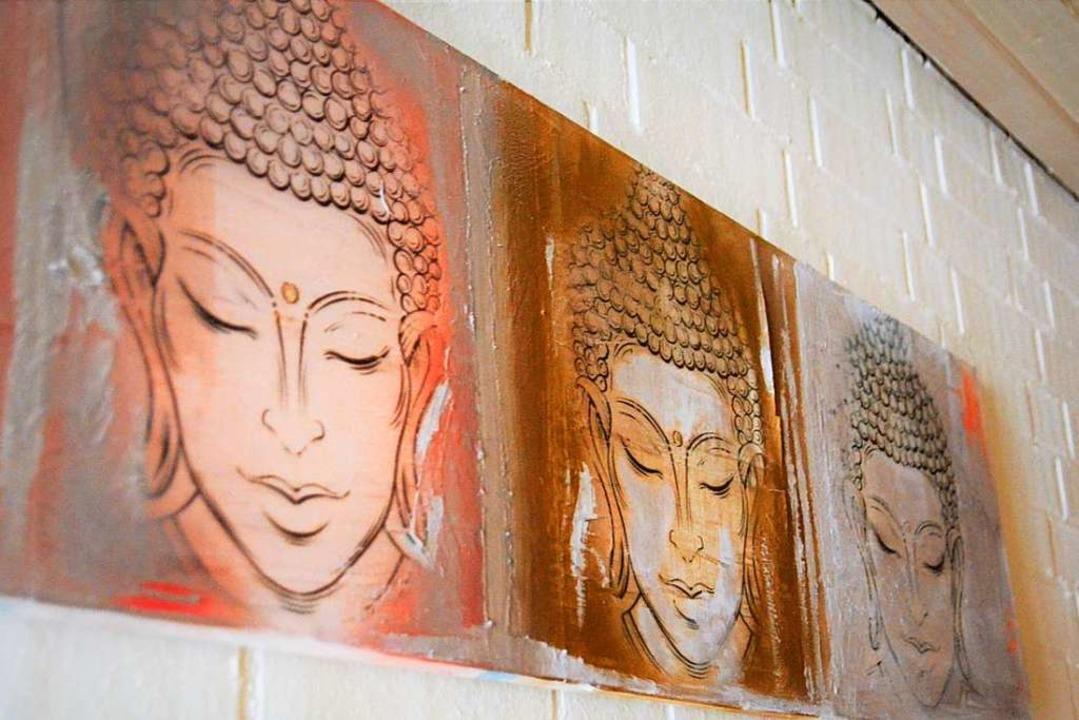 Buddha-Bilder zieren die Wände.  | Foto: Kathrin Blum