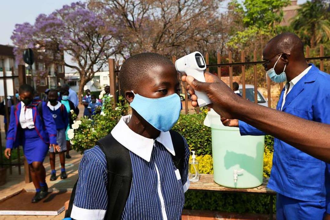 In vielen Ländern Afrikas ist die Ster...Pandemie 40-mal kleiner als in Europa.    Foto: Tsvangirayi Mukwazhi (dpa)