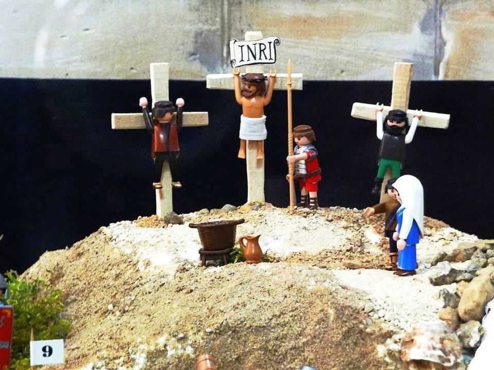 Die Kreuzigung Jesu als Playmobil-Version.  | Foto: Osteneck
