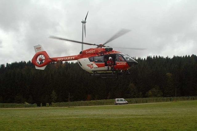 Rettungskräfte üben Bergung aus unwegsamem Gelände mit Helikopter