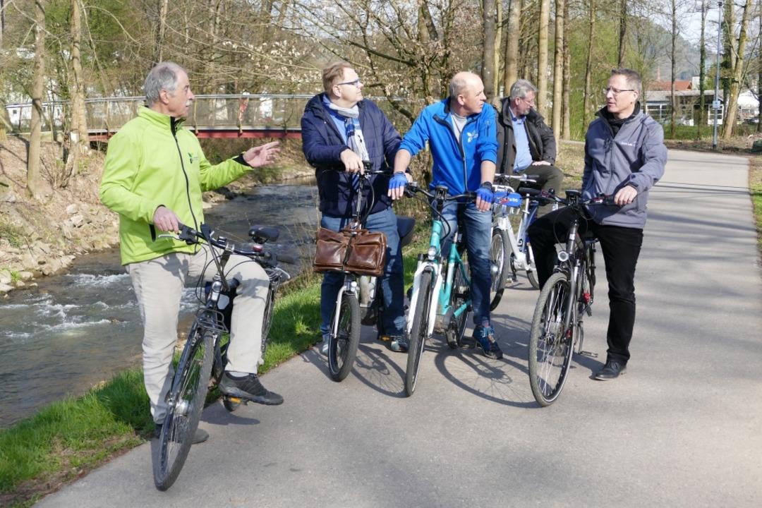 Guido Schöneboom (2. von links) mit seinem Mini-Fahrrad    Foto: Mark Alexander