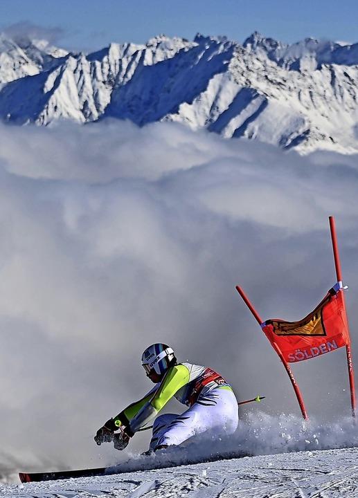 Stefan Luitz fährt vor beeindruckender Bergkulisse.   | Foto: JOE KLAMAR (AFP)