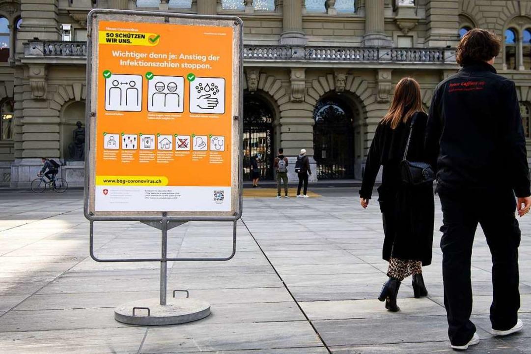 Auf dem Bundesplatz in Bern informiert...Verhaltensregeln mit dem Corona-Virus.    Foto: Anthony Anex (dpa)