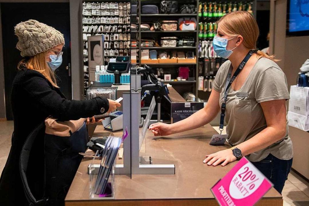 Seit Montag, 19. Oktober 2020, müssen ...lichen Verkehr Masken getragen werden.    Foto: Marcel Bieri (dpa)