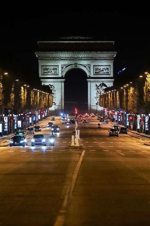 In Frankreich gilt eine nächtliche Aus...amps-Elysees in Paris ist nahezu leer.    Foto: Lewis Joly (dpa)
