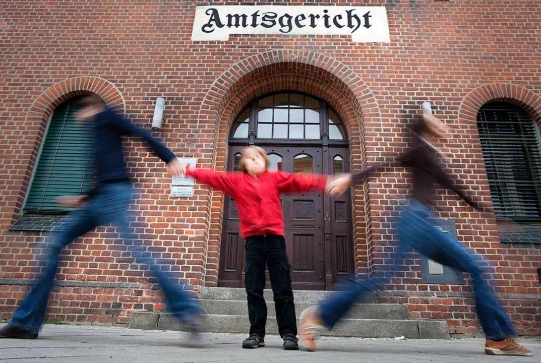 Trennen sich die Eltern im Streit, ent... mit den gemeinsamen Kindern passiert.  | Foto: Thomas Trutschel/photothek