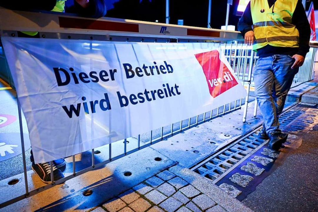 Das Banner zeigt: Hier wird gestreikt.  | Foto: Felix Kästle (dpa)